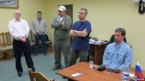 Третий секретарь политического отдела посольства США в Москве Райан Кристофер Фогл (справа) и представители посольства. Фото распространено ФСБ России.